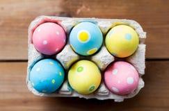 Feche acima dos ovos da páscoa coloridos na caixa de ovo Fotografia de Stock Royalty Free