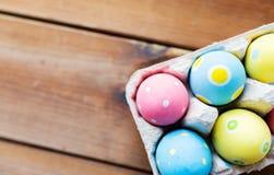 Feche acima dos ovos da páscoa coloridos na caixa de ovo Imagens de Stock