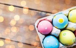 Feche acima dos ovos da páscoa coloridos na caixa de ovo Foto de Stock Royalty Free