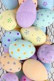 Feche acima dos ovos da páscoa na bandeja do fio para fundos Fotos de Stock