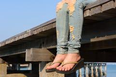 Feche acima dos pés da mulher Imagens de Stock