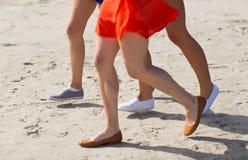 Feche acima dos pés das mulheres que correm na praia Imagens de Stock Royalty Free