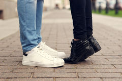 Feche acima dos pés de pares de beijo Foto de Stock Royalty Free