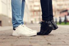 Feche acima dos pés de pares de beijo Imagem de Stock Royalty Free
