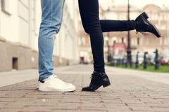 Feche acima dos pés de pares de beijo Fotografia de Stock Royalty Free