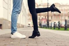 Feche acima dos pés de pares de beijo Fotografia de Stock