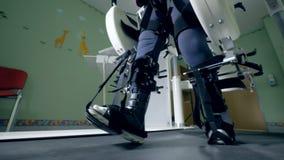 Feche acima dos pés de passeio amarrados acima com correias de uma máquina de simulação video estoque