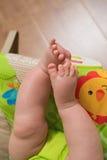 Feche acima dos pés do bebê Fotografia de Stock