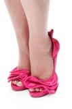 Feche acima dos pés dos womans em estiletes da cor-de-rosa quente Imagens de Stock Royalty Free