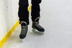 Feche acima dos pés masculinos nos patins no gelo fotos de stock