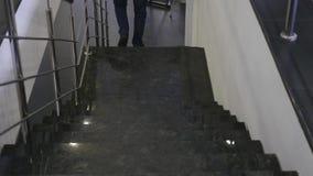 Feche acima dos pés que vão para baixo em escadas filme