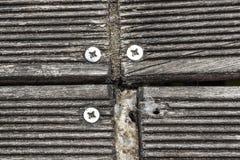 Feche acima dos parafusos de madeira do molhe placa de madeira para a caminhada Fotos de Stock