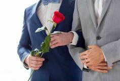 Feche acima dos pares alegres masculinos felizes que guardam as mãos Fotografia de Stock