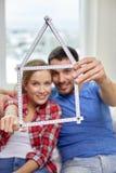 Feche acima dos pares com a régua da forma da casa Imagens de Stock Royalty Free