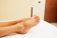 Feche acima dos pares de pés fêmeas prontos para um pedicure Imagem de Stock