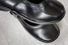 Feche acima dos pares de sapatas gastas e rasgadas Imagem de Stock
