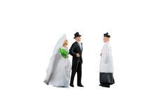 Feche acima dos pares diminutos dos noivos do casamento dos povos Fotografia de Stock Royalty Free