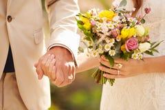 Feche acima dos pares no casamento que guarda as mãos Imagem de Stock Royalty Free