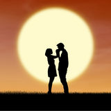 Feche acima dos pares românticos pela silhueta do por do sol Imagens de Stock