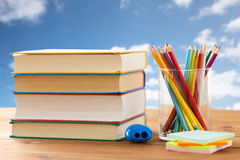 Feche acima dos pastéis ou os lápis e os livros da cor Fotografia de Stock Royalty Free