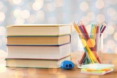 Feche acima dos pastéis ou os lápis e os livros da cor Fotografia de Stock