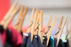 Feche acima dos Pegs da roupa que guardam o lavagem no washline Foto de Stock