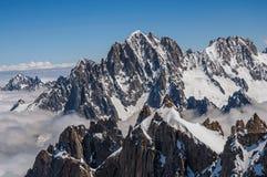 Feche acima dos picos nevado, vista de Aiguille du Midi em cumes franceses Foto de Stock Royalty Free
