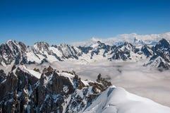Feche acima dos picos nevado, vista de Aiguille du Midi em cumes franceses Imagens de Stock Royalty Free