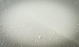 Feche acima dos pingos de chuva no carro e no vidro Imagens de Stock