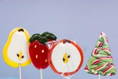 Feche acima dos pirulitos saborosos como uma árvore de Natal, pera, maçã e Fotos de Stock Royalty Free