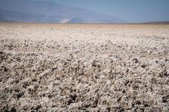 Feche acima dos planos de sal ponto da bacia de Badwater no mais baixo no hemisfério Norte no parque nacional de Vale da Morte Út fotos de stock