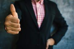 Feche acima dos polegares da mulher de negócios da mão acima com confiança Imagens de Stock Royalty Free