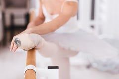 Feche acima dos pontos vestindo da bailarina profissional Imagens de Stock