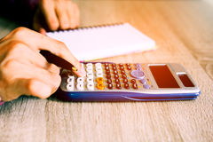 Feche acima dos povos com a calculadora que conta fazendo anotações fotos de stock