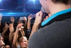 Feche acima dos povos felizes no concerto no clube noturno Imagens de Stock