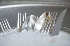 Feche acima dos pratos sujos que lavam na banca da cozinha Fotografia de Stock