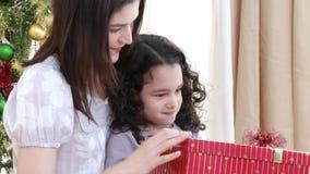 Feche acima dos presentes de Natal da abertura da mãe e da filha video estoque