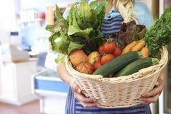 Feche acima dos produtos frescos na cesta na loja da exploração agrícola Fotografia de Stock Royalty Free