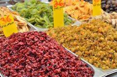 Feche acima dos raisins e da airela no carrinho do mercado Imagem de Stock Royalty Free