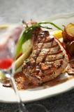 Feche acima dos reforços de carne bife e molho Fotografia de Stock