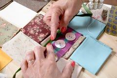 Feche acima dos retalhos da costura da mão da mulher Imagem de Stock Royalty Free