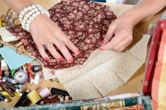 Feche acima dos retalhos da costura da mão da mulher Imagem de Stock