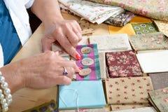 Feche acima dos retalhos da costura da mão da mulher Imagens de Stock Royalty Free