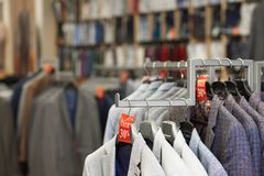 Feche acima dos revestimentos elegantes coloridos na loja foto de stock royalty free