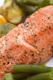 Feche acima dos salmões saudáveis com vegetais Foto de Stock Royalty Free