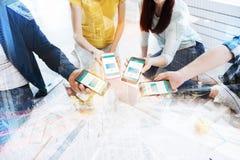 Feche acima dos telefones celulares que estão sendo mantidos junto imagens de stock royalty free