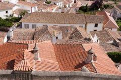 Feche acima dos telhados de telha velhos e novos Fotos de Stock