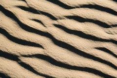 Feche acima dos testes padrões nas dunas Imagens de Stock Royalty Free