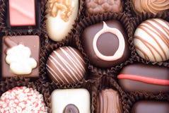 Feche acima dos vários bombons coloridos do chocolat Foto de Stock Royalty Free