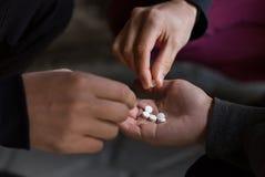 Feche acima dos viciados que usam comprimidos da droga Foto de Stock Royalty Free